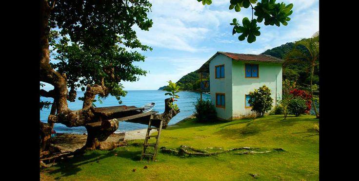 Algunas casas costeras de la bahía El Aguacate están ubicadas a la orilla del mar con el fin de tener más cercanía con el puerto.