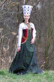 En este post voy a intentar explicar la diferencia entre hacer un traje medieval para una recreación, hacer un disfraz, hacer un traje pa...