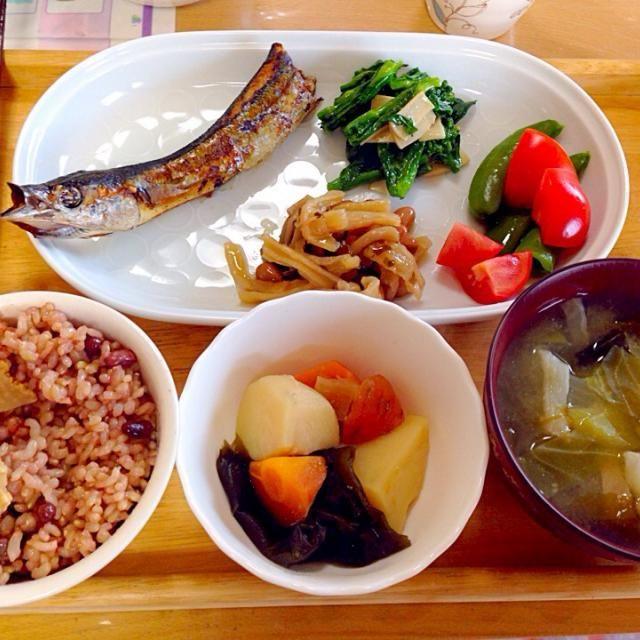 大船渡のサンマの丸干し 味が濃いくて美味しい(≧∇≦)❤︎  小豆玄米ご飯 味噌汁 菜の花とエリンギの塩麹炒め 切干し大根 トマト・スナックエンドウ - 20件のもぐもぐ - サンマの丸干し晩ご飯 by kawachi1225