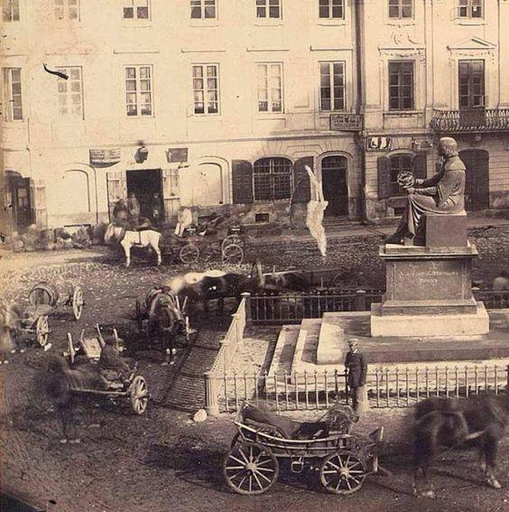 """Budyń na Twitterze: """"Bardzo #PrzedwojennaWarszawa, okolice 1850. Pomnik Kopernika oraz folklor na Krakowskim Przedmieściu. W tle widoczny Pałac Karasia. https://t.co/gkCaixm1Wq"""""""