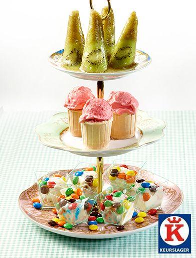IJsje! IJsje! Wat is er voor kids nou leuker dan een ijsje eten? Zelf ijsjes maken zoals kiwi-ijsjes, roomijs met m&m's en zomerfruit sorbetijs.