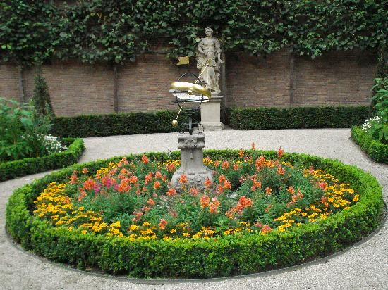 1000 images about circular garden ideas on pinterest for Circular garden designs