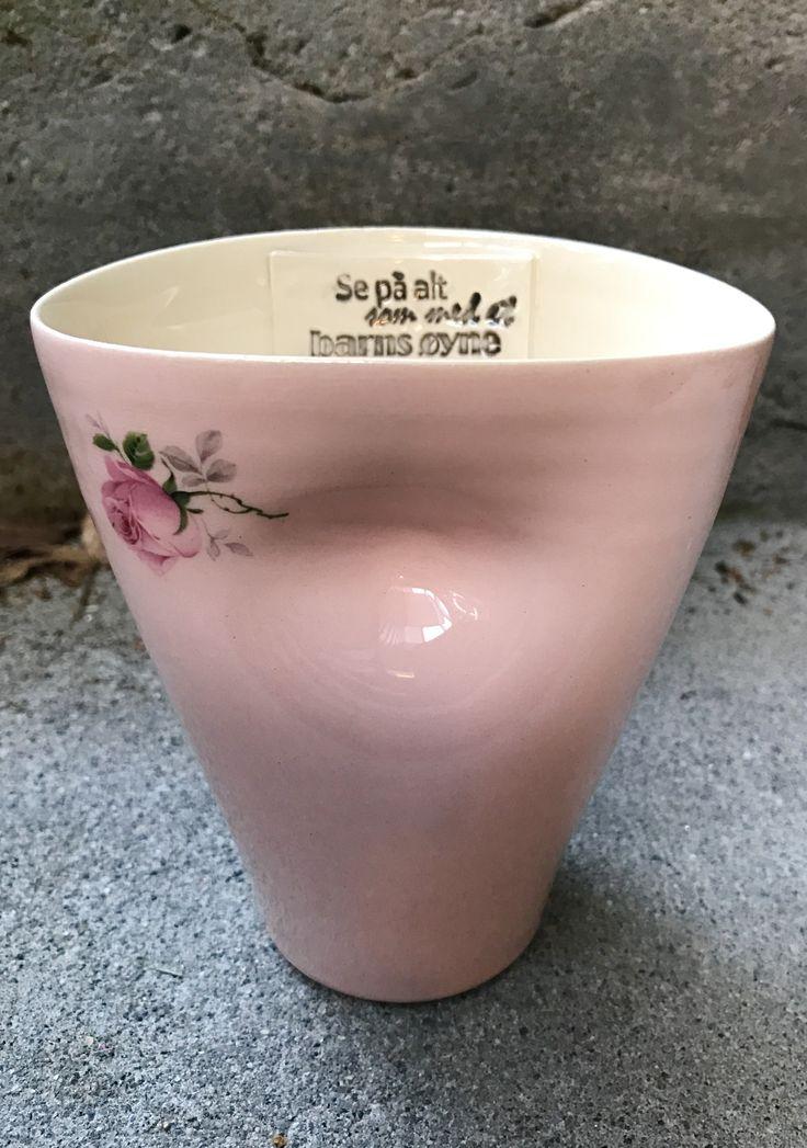 Kaffekopp med uttrykk og rosedekal.