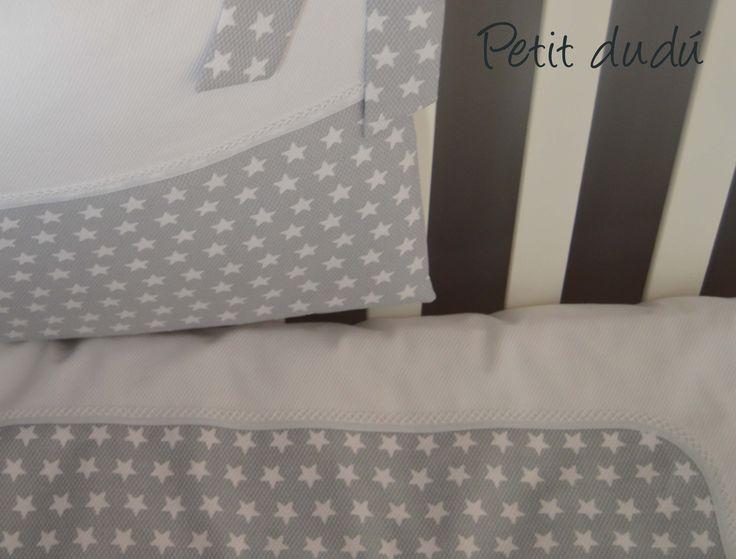 CHICHONERA Y FUNDA NORDICA un nuevo conjunto de cuna para bebé, combinando un piqué blanco y una tela gris con estrellitas en blanco.   #fundanordica #cuna #bebé #niña #lazos #estrellas #chichonera #protector