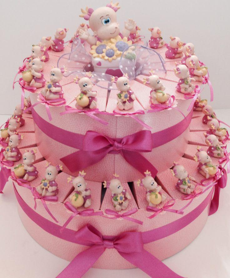 Torta battesimale su 2 livelli  contenente 38 scatoline fette portaconfetti con bimbe decorate a mano