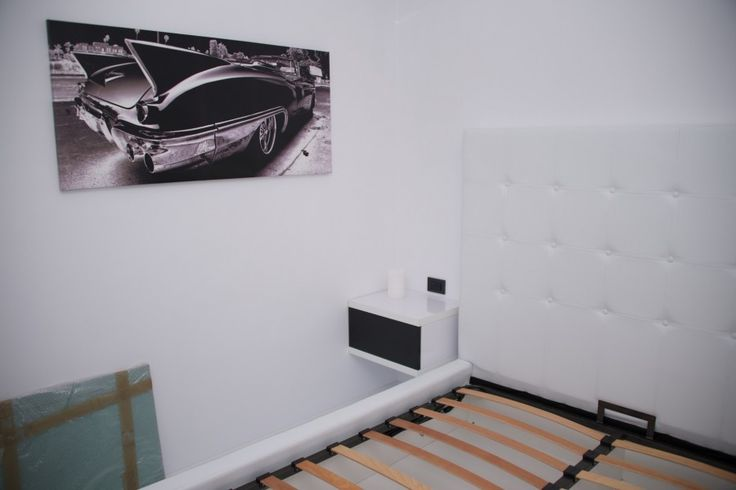 Mobila Dormitor Pat tapitat cu Imitati Piele Alba cu Noptiere Alb Lucios cu Negru Lucios