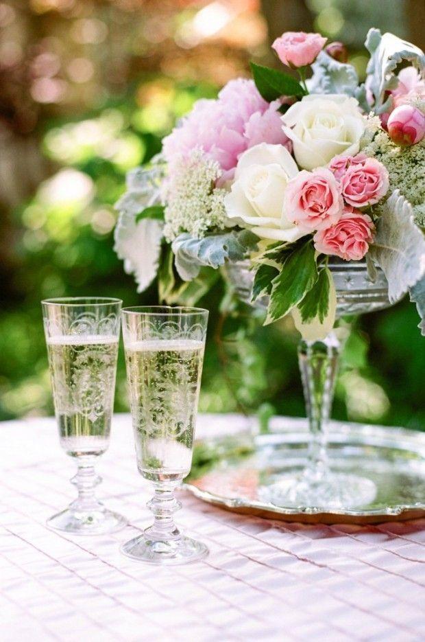 Sommer-Hochzeit Deko mit Rosensträußen-romantische Tischgestecke