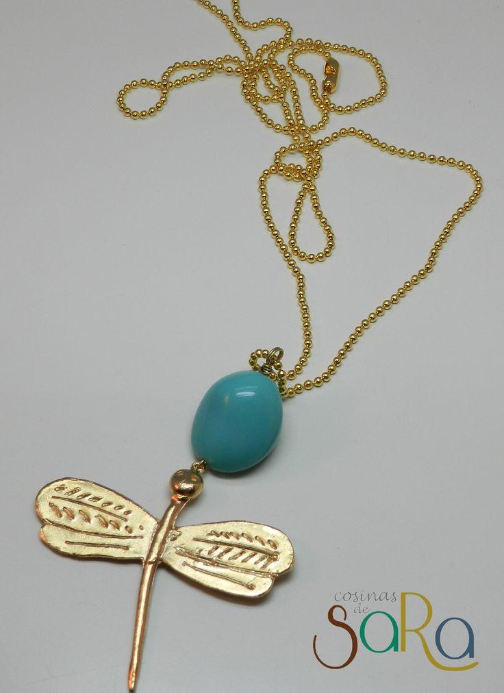 Collar largo de una libélula y una piedra de color turquesa...