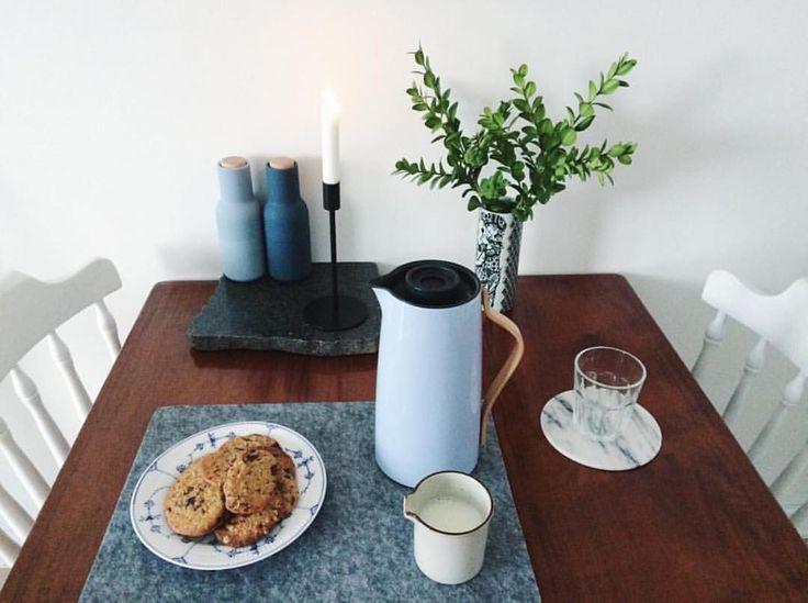 Instagram 上的 Stelton:「 A beautiful #steltonmoment of our Emma vacuum jug. Image by @tinemikkelsenn #stelton #emmacollection #emmavacuumjug #tablesetting #regram #setthetable 」