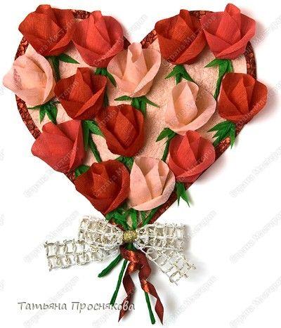 Faça um lindo mural para o dia das mães confeccionando este bouquet em forma de coração de botões de rosas de papel crepom. Esta decoração d...