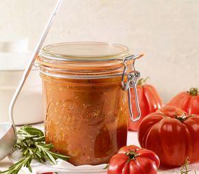 Wenn es im Sommer richtig reife und aromatische Tomaten zu kaufen gibt, lohnt es sich, einen kleinen Vorrat für den Winter anzulegen.