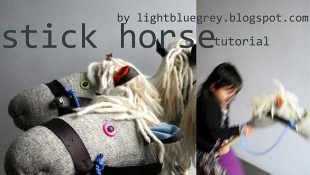 Fai da te: al galoppo del cavallo fatto con un calzino e un bastone