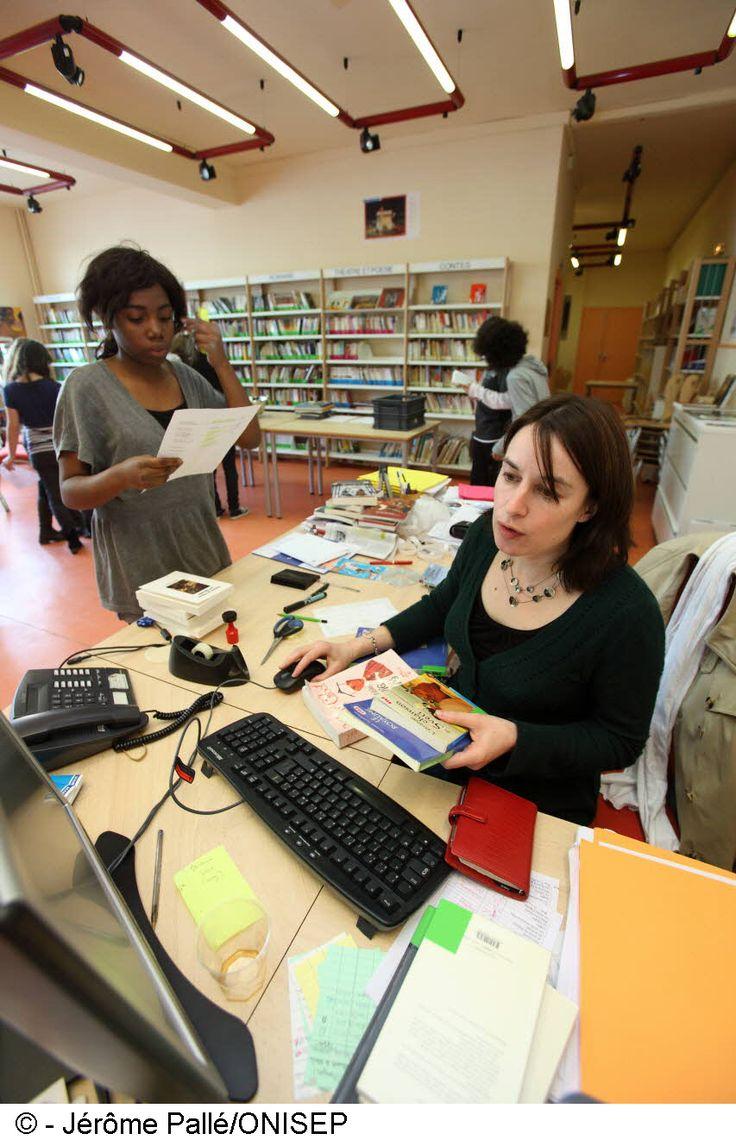 MÉTIER. Une vidéo de l'ONISEP qui montre les facettes du métier de professeur-documentaliste : lecture, pédagogie, livres, Internet, ...