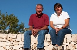 Mark è un winemaker ed arriva dalla California. Elvezia è friulana. La Puglia è diventata la loro casa.  A Mano wines
