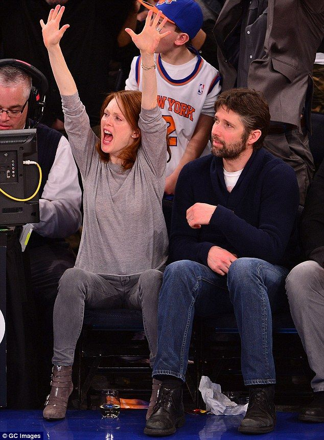 http://news-all-the-time.com/2014/04/05/julianne-moore-53-jumps-around-with-husband-bart-freundlich-as-they-cheer-for-the-new-york-knicks/ - Julianne Moore, 53, jumps around with husband Bart Freundlich as they cheer for the New York Knicks  - By Georgia Hart     Published:       13:06 EST, 5 April 2014   |    Updated:       13:07 EST, 5 April 2014   She's been hard at work on her latest movie, Still Alice. But Julianne Moore demonstrated her multi-tasking skills as she