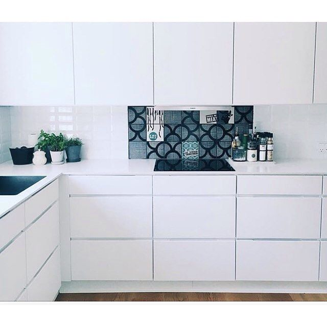 Take a look at this unique solution with tiles at the amazing home of @frumetin  Come and visit us at Kvik Amsterdam Boulevard Westpoort for more inspiration! #kvikkitchen #kvik #manobykvik #danishdesign #kitchen #arttiles @arttiles