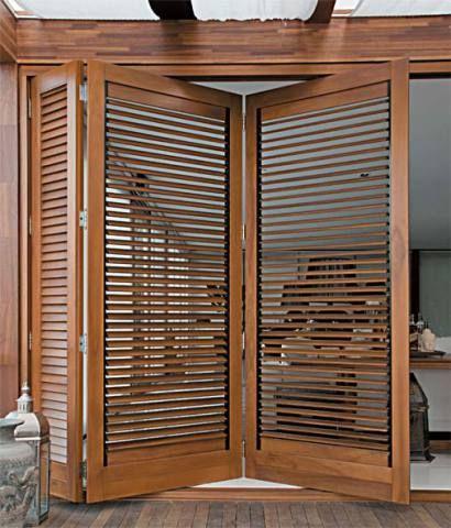 Na varanda da arquiteta Zoe Gardini, a porta articulada se compõe de duas folhas grandes (1,10 x 2,60 m cada uma) e uma pequena, do tipo veneziana (Mado), feitas com um híbrido de duas espécies de eucalipto de reflorestamento (Lyptus, da Aracruz).*