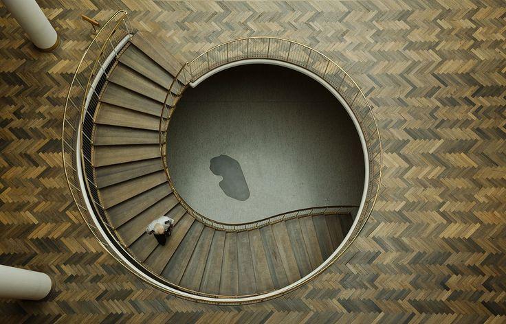 From Wikiwand: Trappe i rådhushallen, den mørke plet er dækstenen over de tre grundsten