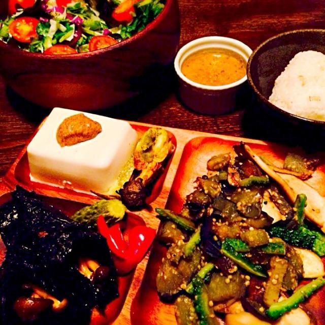 最近ご飯の後にデザートにナッツを食べ過ぎちゃうのが悩みです。 - 13件のもぐもぐ - 生野菜サラダの自家製ピエトロドレッシング添えと冷奴の練り胡麻がけと焼き茄子とシメジの海苔巻きと自家製ピクルスとエリンギと茄子とゴーヤのさっと炒めと大麦入りご飯のおむすび by toki69
