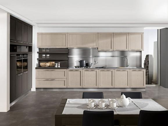 Cucina lineare moderna in frassino color miele.