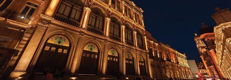 Ciudad de Zacatecas, una bella metrópoli. Lánzate a la región norte del país y descubre una de las metrópolis más bellas de México. El encanto de su arquitectura colonial, tallada en fina cantera rosa, te conquistará.