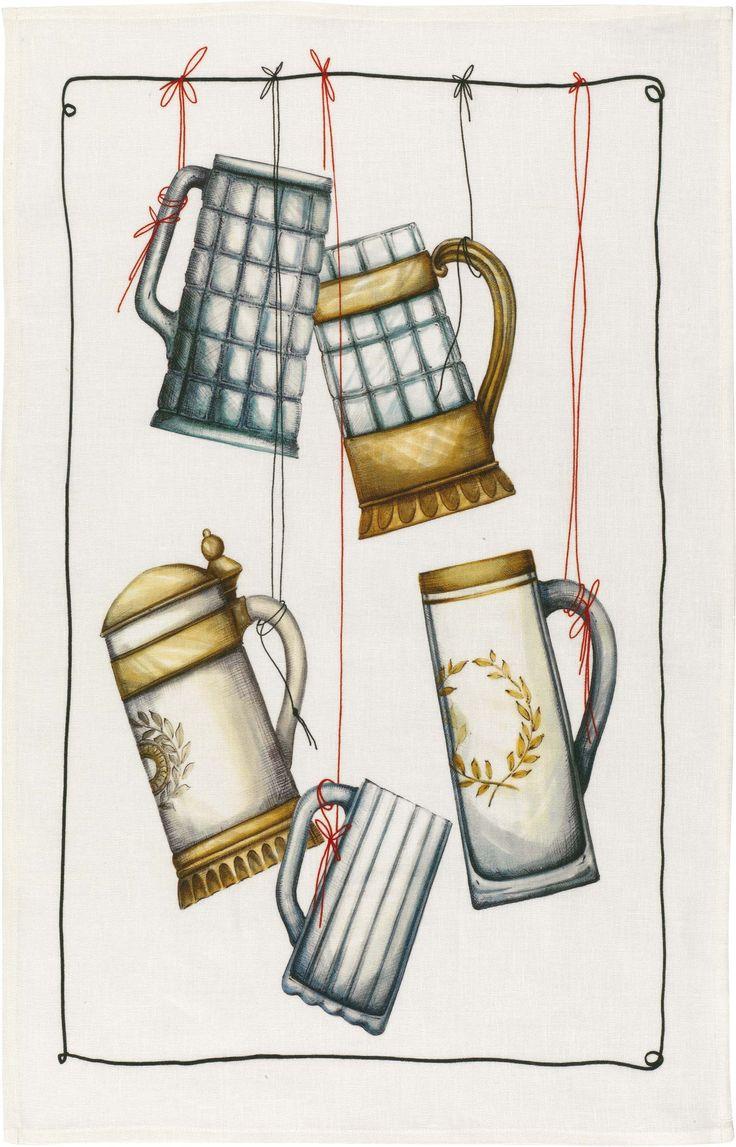 Canovaccio in puro lino stampato. Appesi al filo alcuni boccali di birra, una tira l'altra.   La fibra del lino ha una bassissima elasticità, pertanto i tessuti in lino non si deformano. Non è peloso per cui, usato come canovaccio in cucina, non lascia peli su piatti e bicchieri.  www.imel4.com #cucina #tessili #lino #design #casa