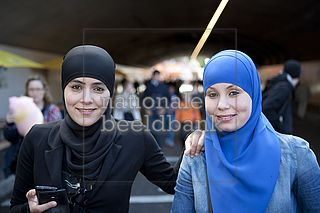 Twee moslima's met hoofddoek
