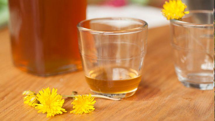 Sirop pissenlit: portez à ébullition cinq poignées de fleurs et un citron en rondelle dans un litre d'eau pendant une heure. Filtrez, puis ajoutez 300g de cassonade et faites cuire à feu doux jusqu'à l'obtention d'un beau sirop couleur caramel. Laissez-le refroidir dans la bouteille ouverte, et dégustez avec de l'eau dès le lendemain !
