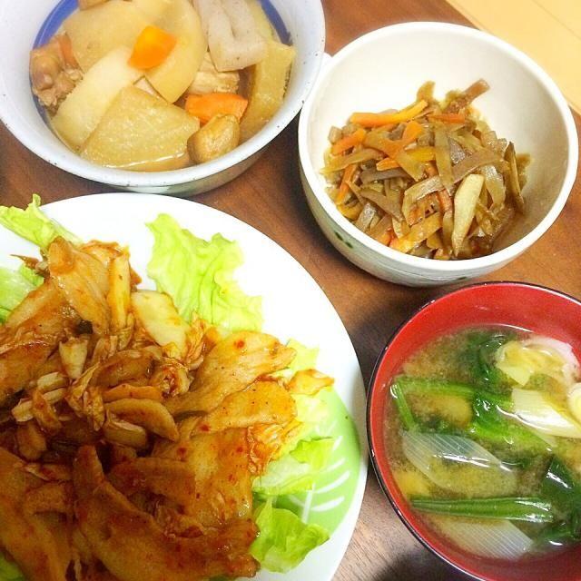 ジャンルがバラバラですが、、、 豚キムチは豚トロが安かったので 豚トロキムチにしました - 6件のもぐもぐ - 豚キムチ▷きんぴらごぼう▷鳥肉と大根の煮物▷ほうれん草の味噌汁 by miuyuwi