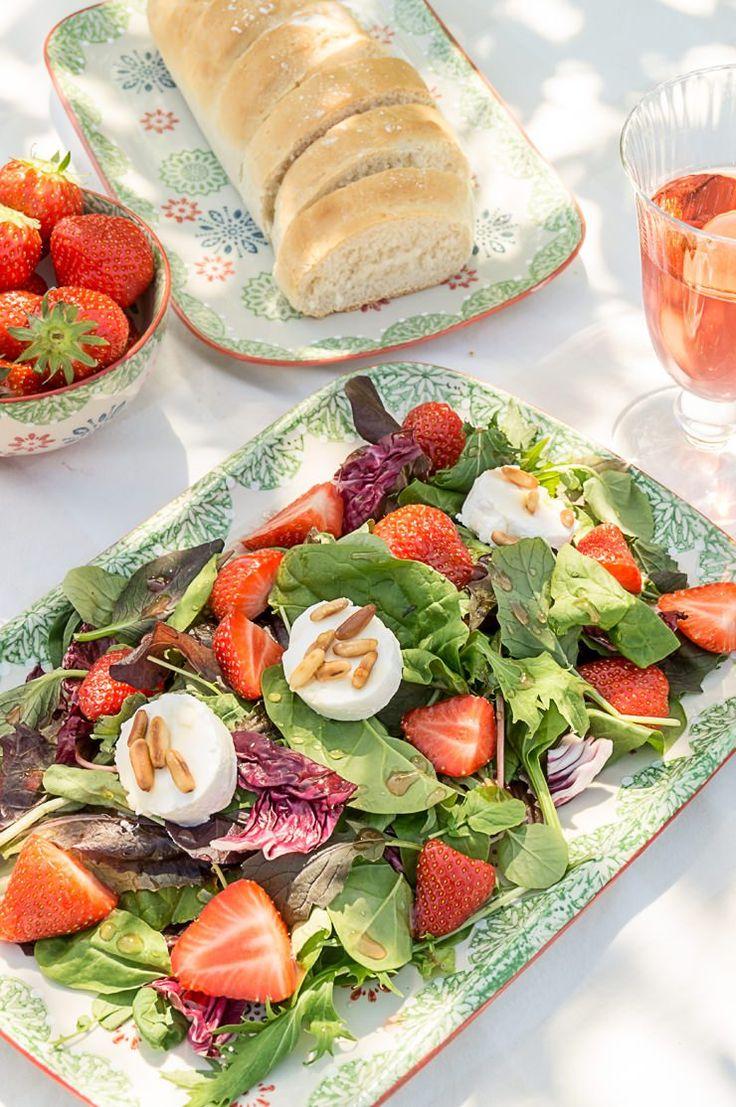 Wildkräuter-Salat mir Erdbeeren und Ziegenfrischkäse
