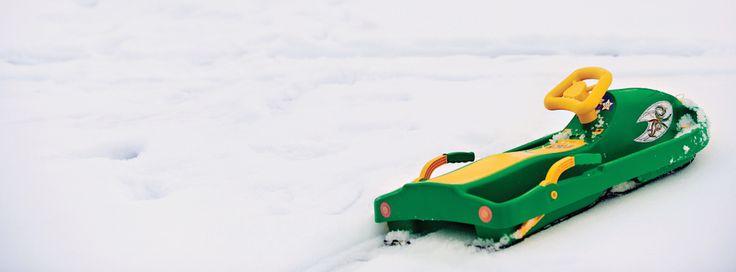 Steerable boat-like snow sledge. Winter fun guaranteed. Take your toddler out for a the JOY of snow! ❆ Řiditelný bob, který vypadá jako loď. Vyražte s dětmi za sněhovými radovánkami.