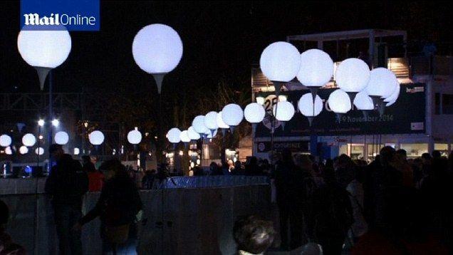ღღ 8,000 balloons light up Berlin Wall as Germany marks 25 years since its fall | Daily Mail Online
