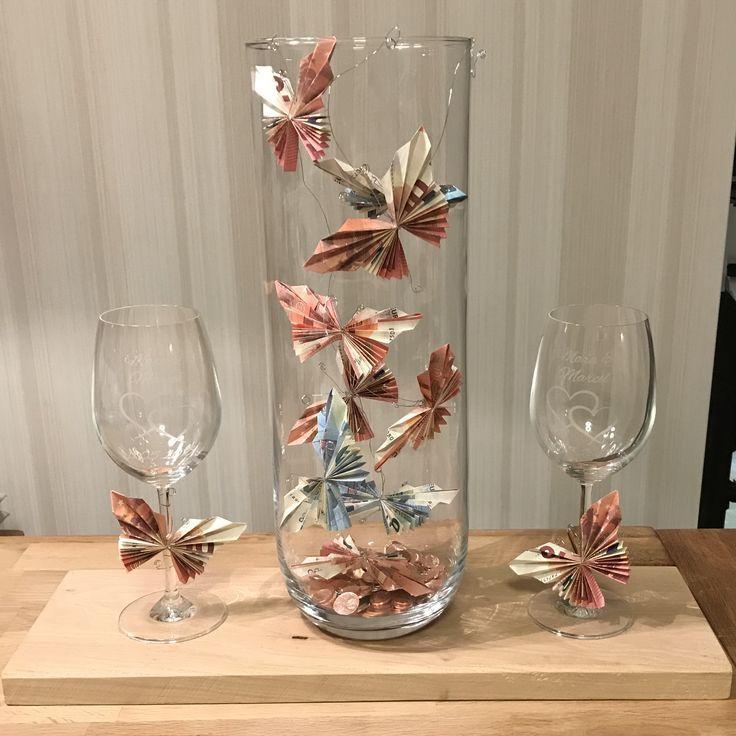 Geldgeschenk Hochzeit. Geschenk Weingläser mit Vase Schmetterling aus Geldschei