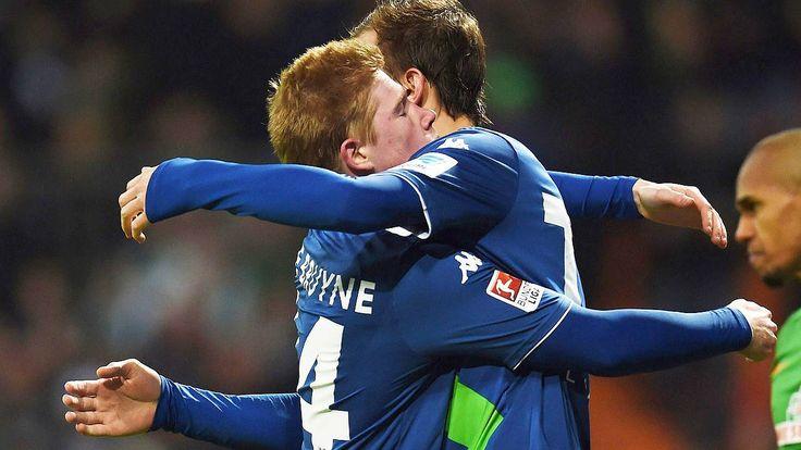Vorlagen-König Kevin de Bruyne: Wolfsburgs irre Tor-Gala in Bremen hat einen stillen Helden - Kevin de Bruyne und Bas Dost (r.) feiern den Sieg der Wolfsburger in Bremen
