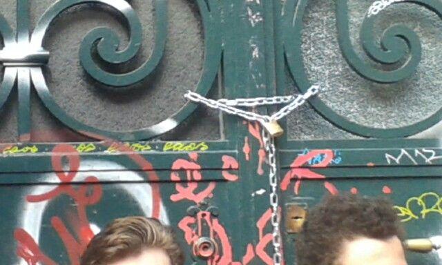 Escola de Música do Conservatório Nacional fechada a cadeado pelos alunos por falta de condições de segurança.