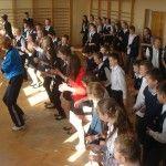 W poniedziałek - biegi, we wtorek - przysiady i pompki, w środę - taniec belgijski, w czwartek - skoki a w piątek - zumba na galowo. Gimnazjum w Sadku-Kostrzy zorganizowało Tydzień Ruchu dla swoich uczniów. A za wysiłki - zdrowe nagrody.