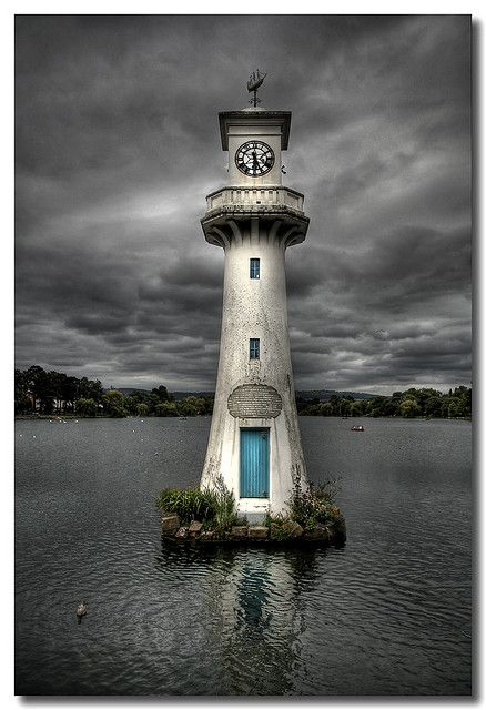 The Scott Memorial, la torre del reloj en el lago Roath Park, Cardiff, País de Gales