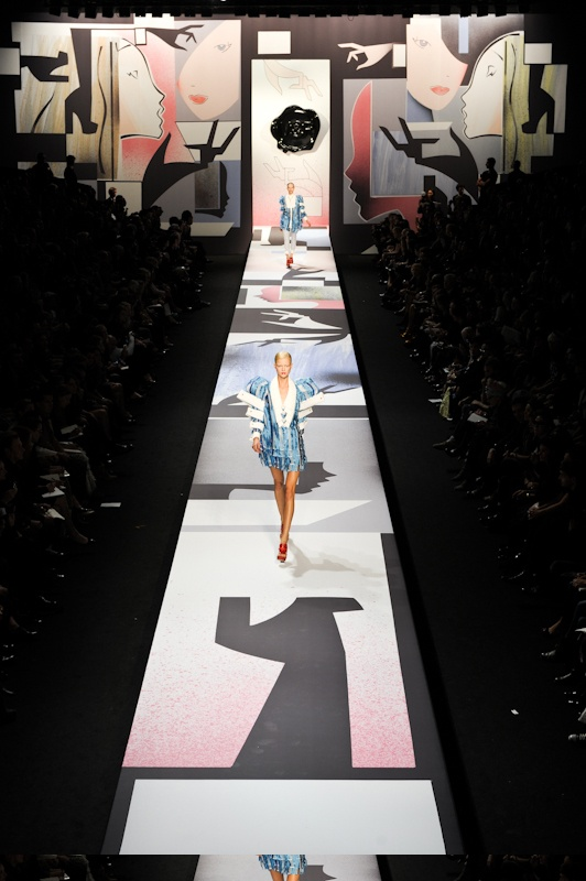 140 best fashion show images on pinterest set design for Catwalk flooring
