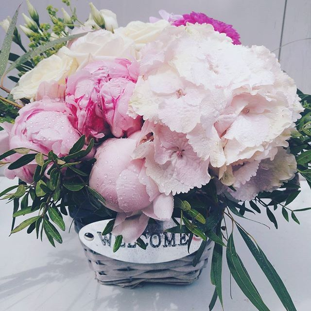 Aranjament cu hortensii si bujori roz. Flower arrangement with hydrangea and pink peonies