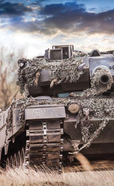 Det finnes kun 3 private Leopard stridsvogner i verden! Gi bort en drøm om å kjøre en ekte stridsvogn - Leopardkjøring er en opplevelse med både leksjon om vognen og tur i en fastsatt løype, mens en instruktør kjører i terrenget.