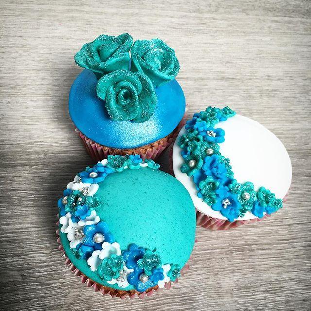 Glitsy birthday cupcakes for Noëla 💙 Meer informatie en bestellen: kimberlandcupcakes@hotmail.com 💙 #kimberlandcupcakes #cupcakes #yummie #baking #bakken #bakker #pastry #pastrychef #dessert #sintniklaas #instafood #instacupcake #potd #green #blue #glitter #glits #sugarart #flowers #diy #homemade #roses #birthdaycupcakes #birthday #verjaardag #verjaardagscupcakes