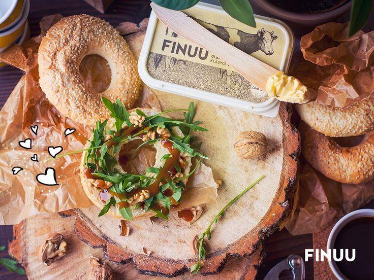 Jeśli znudzą Ci się tradycyjne kanapki z wędliną czy serem, wypróbuj inne dodatki - rucolę, orzechy, suszone pomidory czy kozi ser. Z FINUU wszystko smakuje wybornie! ;) #finuu #maslo #sniadanie #porada #tips #inspiracje #rucola
