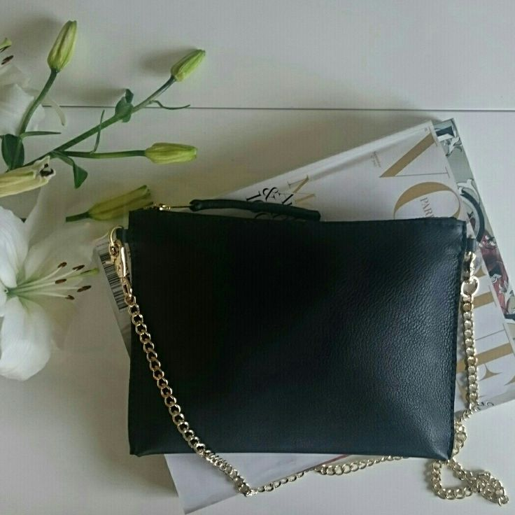SILJE OPAAS | Handmade leather clutch with gold chain.