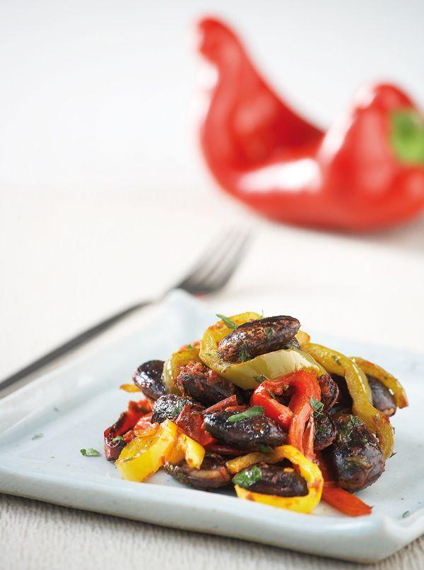 Μια εντυπωσιακή παραλλαγή ενός παραδοσιακού πιάτου με πολλά χρώματα και πικάντικη νοστιμιά. Κι αν δεν βρίσκετε μαύρα φασόλια, φτιάξτε αυτό το πιάτο με γίγαντες. #φασόλια