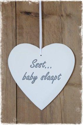 Wit hart met de tekst 'ssst .... baby slaapt' in grijze letters. #tekstborden, @janenjuup