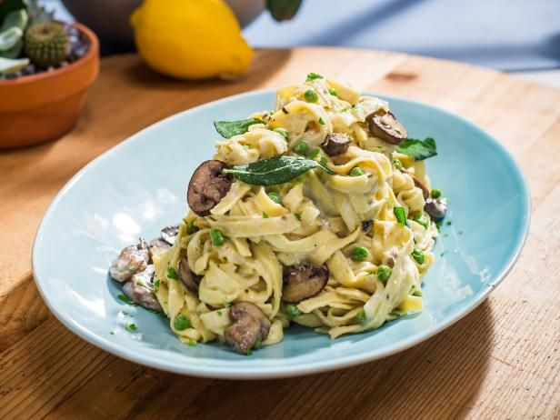 Get Sunny's Easy Mushroom, Peas and Pasta with 1-2-3 Alfredo Sauce Recipe from Food Network