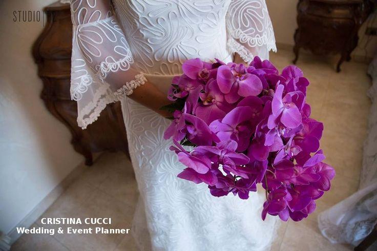 Il bouquet va abbinato alla fisicità della sposa... Ecco perchè ce ne sono di diversi tipi e forme: ARROTONDATO, SPONTANEO e A CASCATA.. Come questa cascata di orchidee fucsia scelta dalla nostra sposina Magda ^_^
