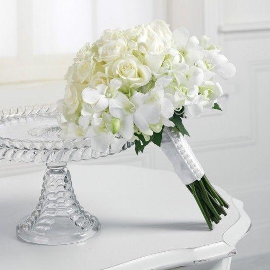 Bouquet sposa Natale con fiori bianchi e romantici