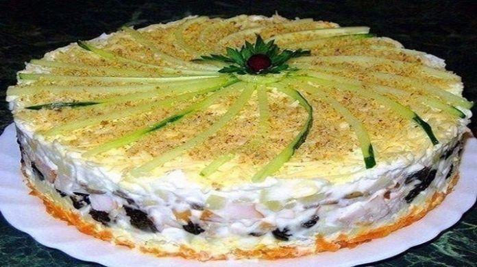 Салат, который подается в виде торта займет самое главное место на праздничном столе! Такого вкусного салата вы еще не пробовали! Гости придут в настоящий восторг — внешний вид потрясающий, вкус — невероятный! Смело берите его на заметку.  Ингредиенты:  Отварное куриное филе — 400 грамм; чернос