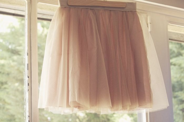 La dernière fois, je vous ai expliqué comment faire une jupe froncée taille haute.  Maintenant, voici deux ou trois subtilités pour faire, avec cette même forme, une jolie jupe en tulle…
